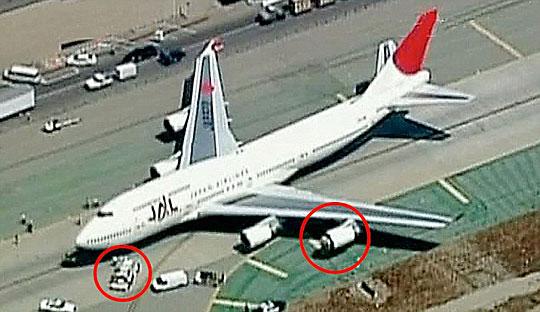 日本航空公司一架客机在美国洛杉矶国际机场准备起飞时,其中一具引擎