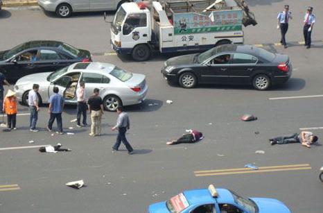 宝马车_杭州一家三口骑电瓶车被宝马车撞飞2
