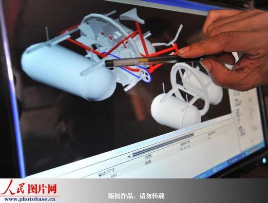 组图:武汉退休职工自制水陆自行车