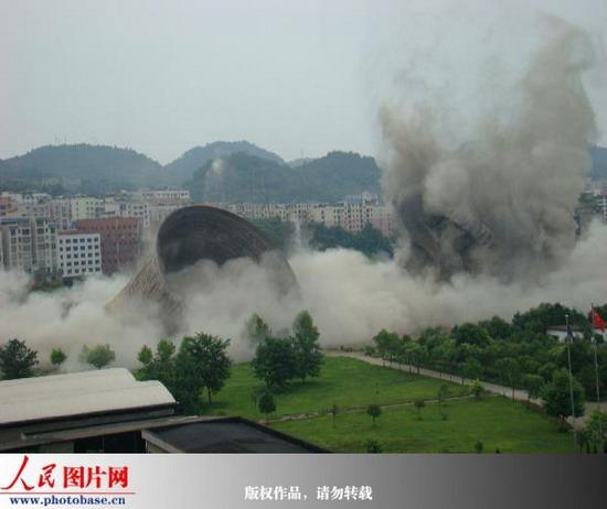 6月11日,贵州遵义火电厂冷却水塔拆除现场,两座冷却水塔成功爆破.