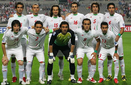 伊朗抗议者被抛尸街头 国家队球员戴腕带力挺