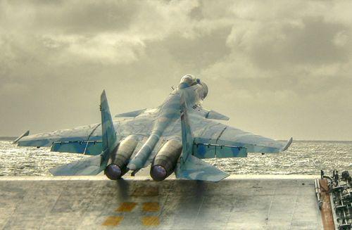 俄制苏-33舰载机从航母上滑跑起飞