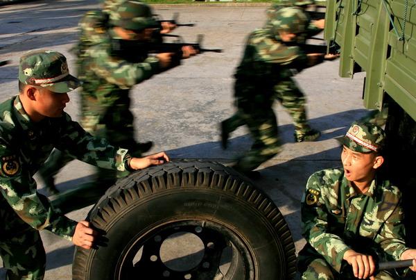 6月24日,武警战士在演练行军车辆快速抢修.