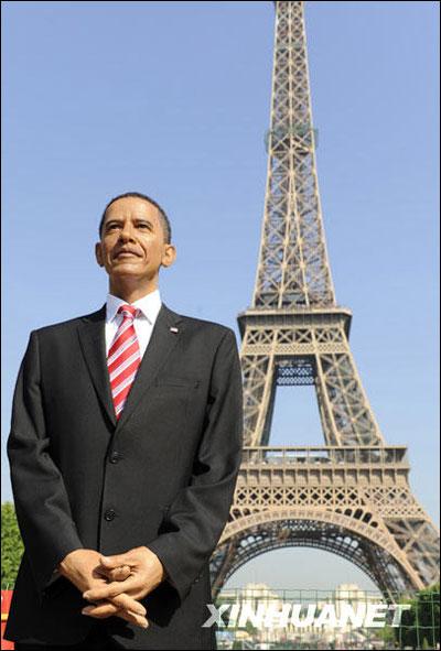 美国总统奥巴马的蜡像29日在法国巴黎的埃菲尔铁塔前展出。盛夏之时,巴黎白天的最高温气温已经接近30度,为了防止蜡像溶化,工作人员不得不为它撑起了遮阳伞。蜡像看起来虽然栩栩如生,但它的制作过程还是比较艰辛的。   蜡像作者、雕刻家埃里克沙弗雷说:最大的困难就是,我根本没有亲眼见过奥巴马,只是通过新闻照片,还有就是跟制作别的蜡像时面临的一样的难处.