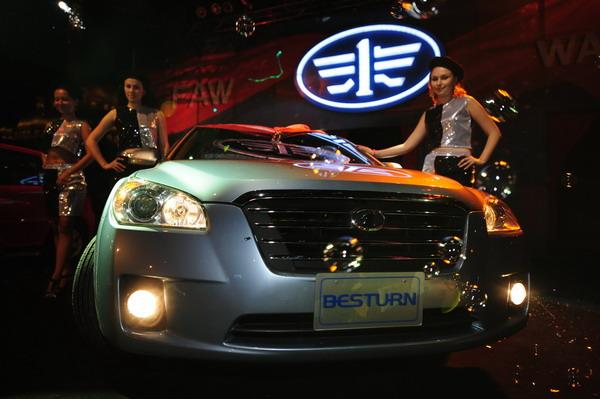 中国一汽两个自主品牌汽车在埃及上市 (2)