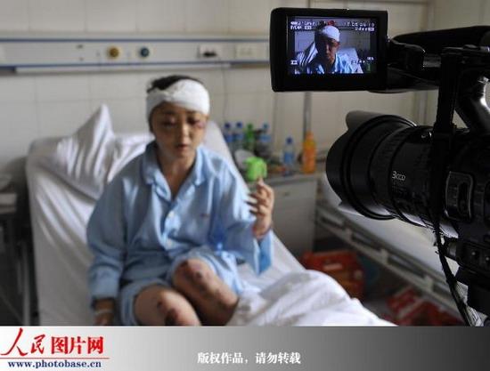 人民网乌鲁木齐7月8日电 记者翁奇羽摄影报道: 2009年7月8日,在新疆维吾尔自治区人民医院的骨科病房里,6岁的吕文翔小朋友紧握着在乌鲁木齐75事件中受伤的母亲的手,非常无辜地看着前来采访记者。   据自治区人民医院党委书记介绍,截止至7月8日14点,自治区人民医院已经累计收治伤员360余人,住院伤员达到324人,救护车出动50余车次。