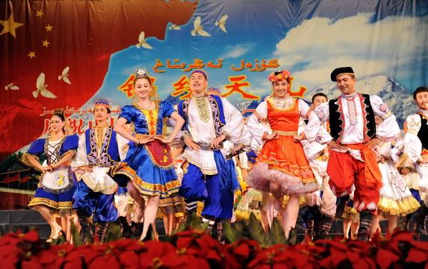 9日,新疆艺术剧院歌舞团演员在表演俄罗斯塔塔尔族舞蹈《爱的旋