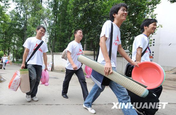 湖北省865名大学生村官奔赴农村基层任职