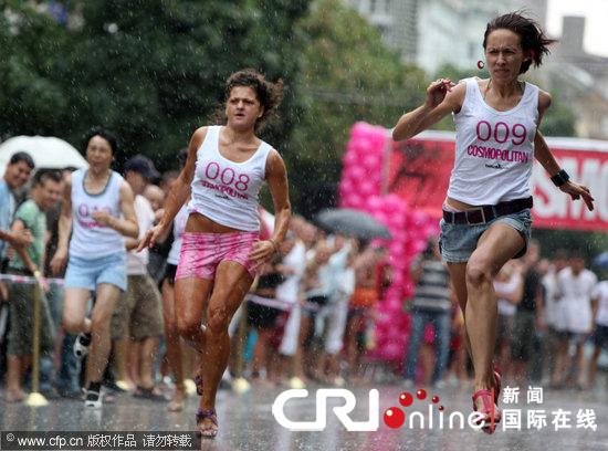 保加利亚举行高跟鞋短跑大赛 鞋跟不少于9厘米