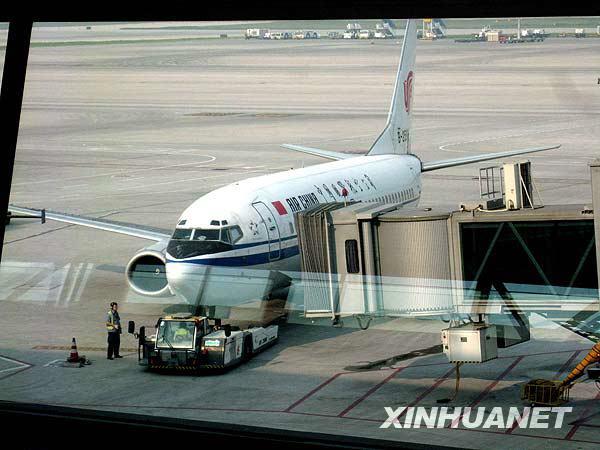 起落架故障被迫停飞,旅客改乘其它飞机,截至记者发稿时,延误时间未定.