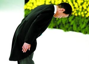 """15日,日本首相麻生太郎在东京日本武道馆举行的""""全国战殁者追悼仪式""""上向""""全国战殁者灵位""""鞠躬。新华社发"""