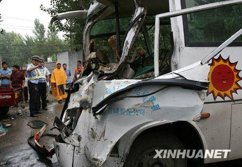 组图:河南洛阳发生重大车祸致23人受伤