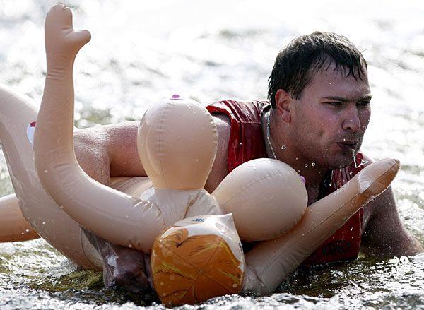 罗斯 娃娃/组图:俄逾500壮汉抱娃娃参加比赛