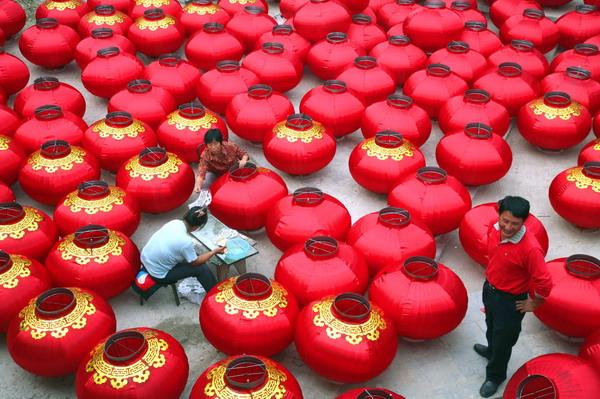 他们将制作10000多盏大红灯笼