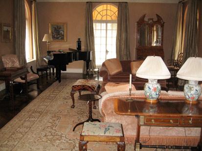皮,对面的小型钢琴价格不菲-美华尔街传奇人物麦道夫豪宅内设曝光