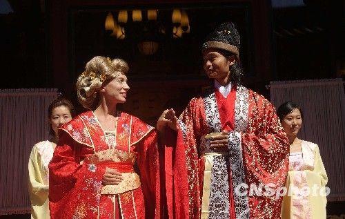 组图:法国新娘体验中式婚礼 感受汉服文化 (2)