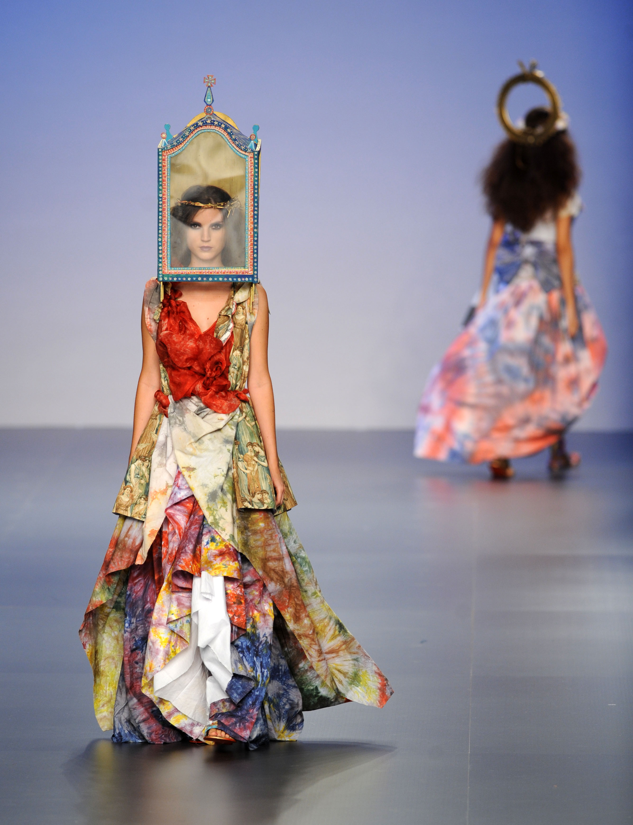 服装设计师罗德里格斯,以戏剧化的表现手法,使用面具作为重要辅助材料