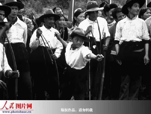 爱好射击的门巴族小学生与大人同场竞技,1996年 人民画报供...