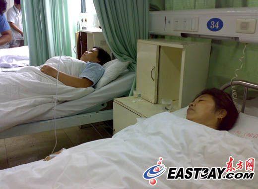 在中山医院青浦分院,病人已被安排在病床上打点滴。