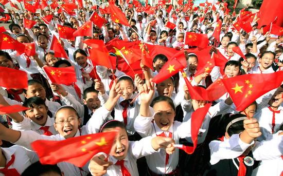 港市小学生手持五星红旗欢呼