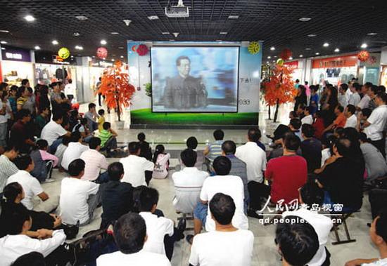 在中国即墨服装市场b区三楼,商户们放下手中的生意,聚集在投影屏幕前