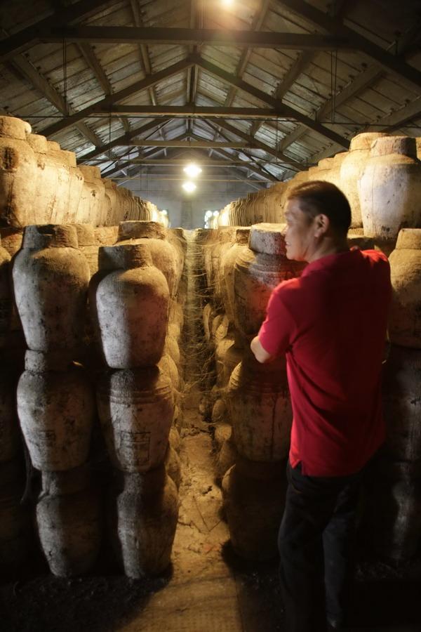 浙江绍兴古越龙山中央酒库的工作人员在介绍酒库情况(11月7日摄)。