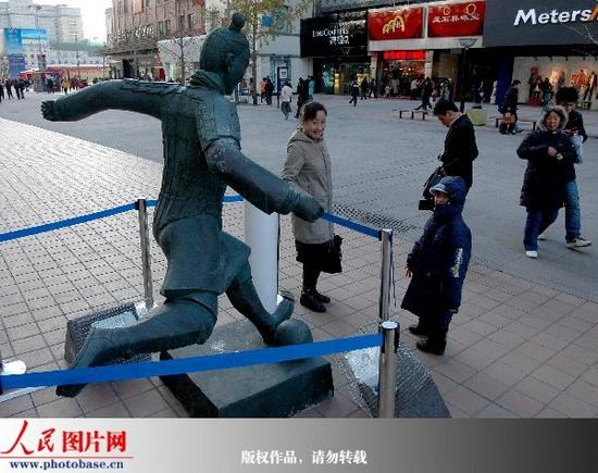 """:""""踢球兵马佣""""雕塑亮相王府井"""