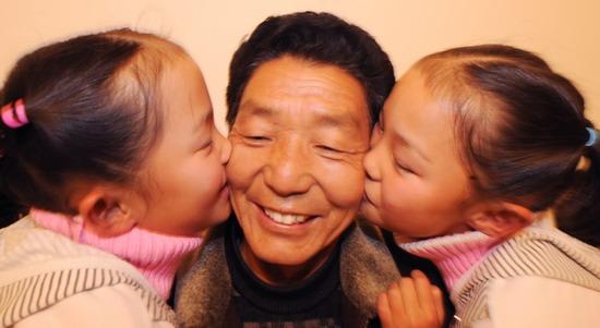 双胞胎卓玛姐妹在雪域高原快乐成长