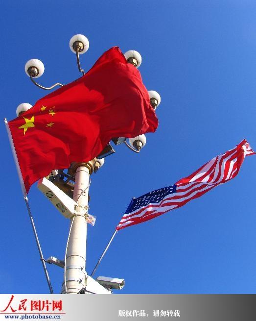 中美两国国旗在天安门上空迎风飘扬 (2)
