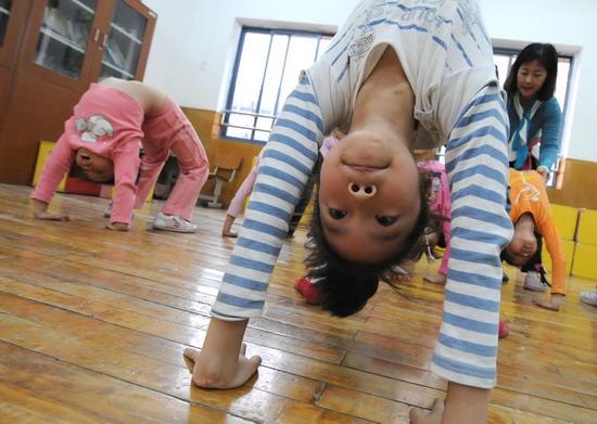 小孩下腰方法图解
