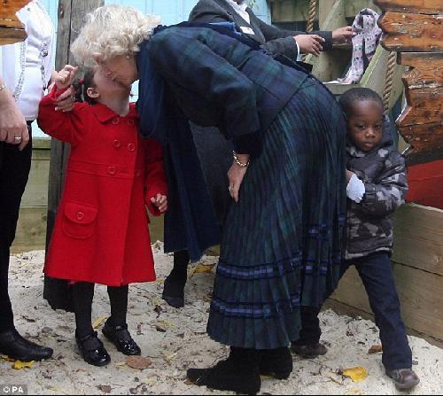 卡米拉探望伦敦儿童 臀部撞哭3岁小男孩