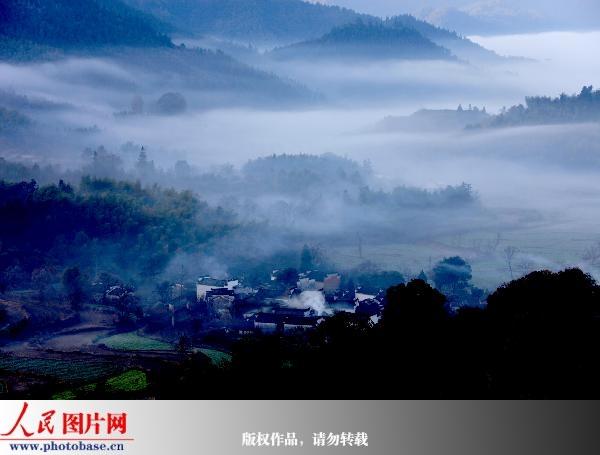 安徽黄山:塔川烟雾缭绕宛如仙境