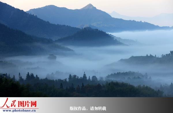 安徽黄山:塔川烟雾缭绕宛如仙境 (3)