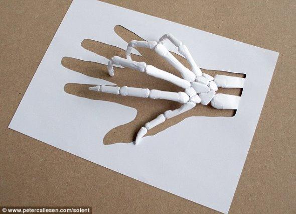 人民网讯 据英国《每日邮报》报道,丹麦艺术家彼得卡罗森利用胶水、一把手术刀和一张A4纸制成非常精致的模型,向世人证明他比其他艺术家更加优秀。他在白纸上剪出复杂的图案,然后利用剪下的图样折叠成骷髅、昆虫和建筑物等惊人模型。   经过卡罗森的巧手加工,原本只值几便士的纸一下子变成一个价值2800英镑的艺术品。制图、剪切和折叠一个模型需要花费多达两周时间。如果卡罗森不小心剪错了,或者他意识到自己无法折叠出他想要的模型,他就必须重新构思图样,重新开始这项繁琐复杂的工作。   卡罗森喜欢让他的模型讲述一个故事,