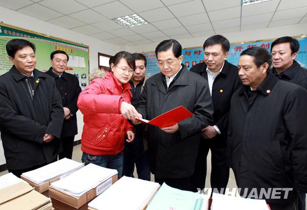 这是胡锦涛在三河市李旗庄镇查马坊村了解该村基层党建情况。