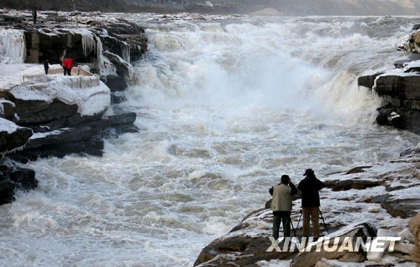 1月2日,游人在黄河壶口瀑布景区游玩拍照