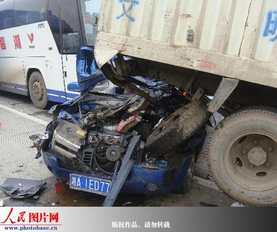 湖南潭邵高速发生38辆车连环追尾3死13伤重大交通事故