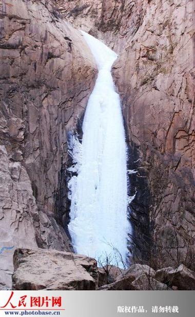 2010年1月5日,位于河北秦皇岛抚宁县龙潭峡景区的百米冰瀑直泻而下,在