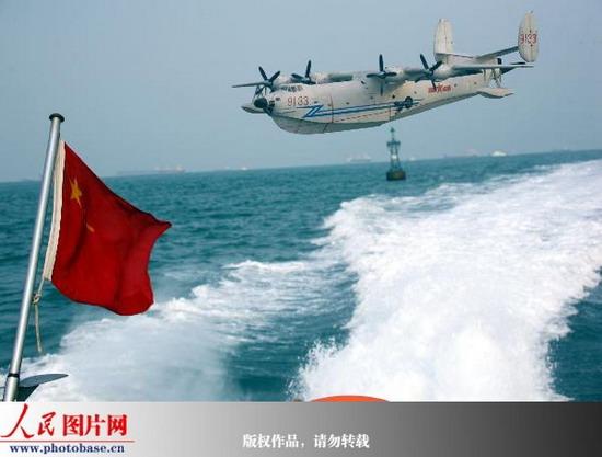 水上飞机从大海上飞向蓝天