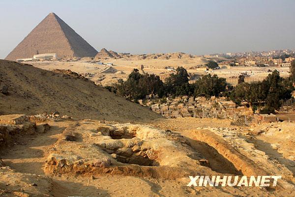 埃及发现金字塔建造者墓穴