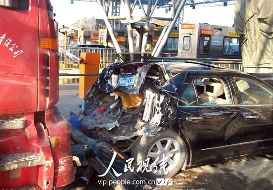 凯迪拉克轿车被撞得面目全非 高清图片