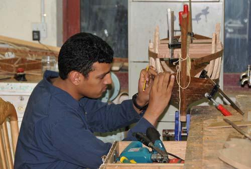 一名男子制作航海木船模型