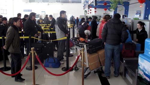 旅客在办理登机手续.新华社记者赵戈-摄