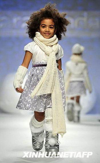 意大利儿童时装秀 小模特t台展示童装