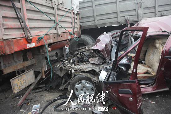 四川成乐高速发生连环撞 车祸