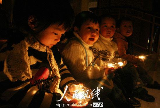 2010年3月27日,小朋友在福州香格里拉大酒店大堂手捧蜡烛唱歌.