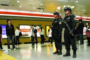 特警在地铁内巡逻,负责处置突发事件、震慑犯罪。