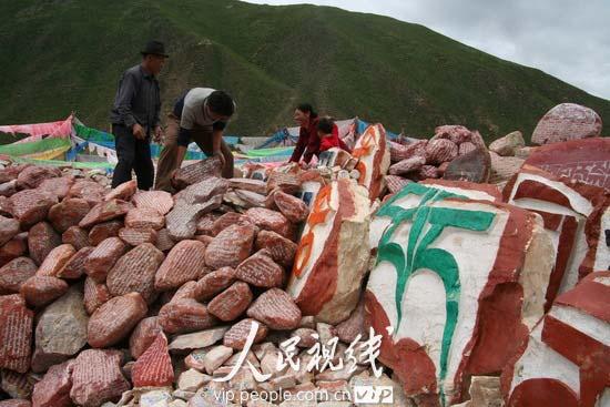 青海玉树藏族自治州州府结古镇旁的新寨玛尼堆,据称是世界上最大的玛尼石堆。 玛尼堆多为白色石头的堆积,常常呈方形或圆形置于山顶、山口、路口、渡口、湖边或寺庙、墓地,用于祈福,成为当地人们的保护神。在西藏原始的苯教中,人们认为万物皆有灵性。而白色崇拜中当然少不了白色的石头。在佛教传入西藏后,人们堆玛尼堆又进了一步,一般不再是纯粹的白石。人们把那些本来就被认为赋有灵气的白石再刻上佛经或佛像,使这些白石更赋灵气,成为玛尼石,以求保佑和庇护自己。 玛尼石大小不一、形状不同,大的如山,小的则可以放入掌心,或圆或方呈天