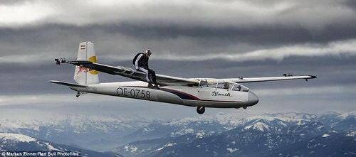 奥地利跳伞运动员2000米高空表演特技
