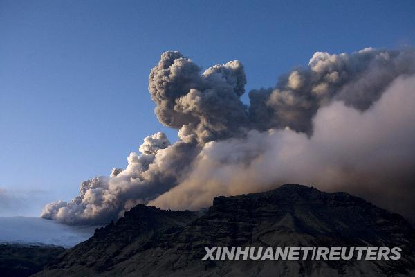 4月16日,大量烟尘从冰岛埃亚菲亚德拉冰盖冰川下的一座火山升起.